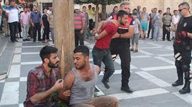 Şanlıurfa'da 2 genç yoldan geçenlere bıçak çekince vatandaşlar tarafından dövülerek polise teslim edildiler