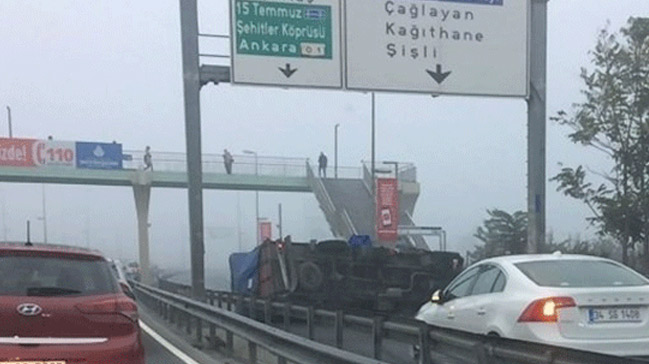 E-5'te kamyon devrildi! Yan yol trafiğe kapatıldı