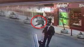 Yaşlı adam kovaladığı fareyi tekmeyle dükkanın içine şutladı