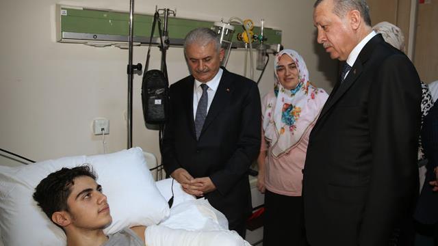 Cumhurbaşkanı Recep Tayyip Erdoğan ve Başbakan Binali Yıldırım, elektrik akımına kapılarak ağır yaralanan Harun Polat'ı hastanede ziyaret etti. ile ilgili görsel sonucu