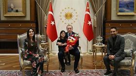 Erdoğan, minik Irmak Ayşe ile Külliye'de görüştü