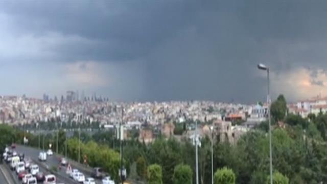 Meteoroji uyarmıştı... İstanbul'da beklenen yağış etkisini gösterdi