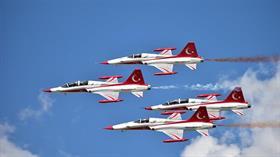 Türk Yıldızları İstanbul Boğazı'nda alçak uçuş gerçekleştirdi