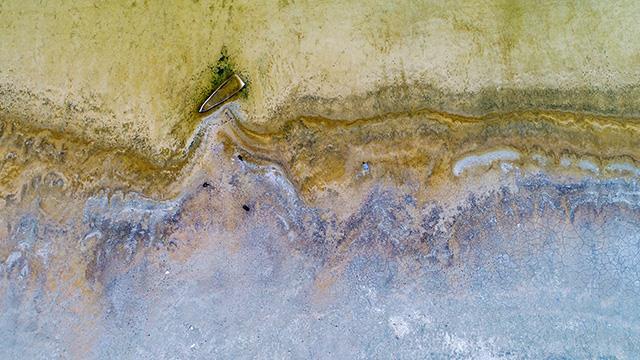 Van Gölü sularının mevsim şartlarına bağlı çekilmesiyle bazı vatandaşların tapulu arazileri ile önceden batmış tekneler de gün yüzüne çıktı. ile ilgili görsel sonucu