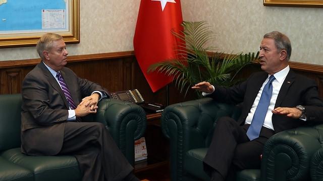 ABD'li Senatör Graham, Milli Savunma Bakanı Akar'ı makamında ziyaret etti