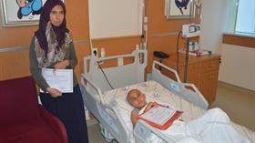 Tedavi gören oğlu için 2 haftada okuma yazma öğrendi
