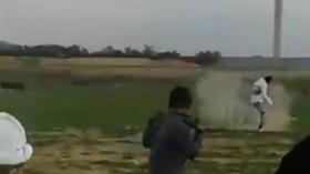 Katil İsrail askeri engelli gence böyle ateş açtılar!