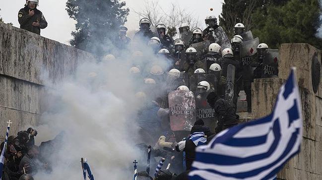 Komşu karıştı, polis sert müdahale etti: Halk parlamentonun kapısında dayandı!