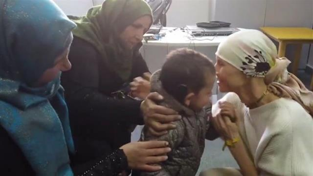 Katil Esed'in eşi Esma Esed, savaş mağduru çocuğa işitme cihazı