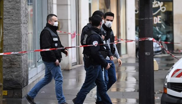 Paris'te  Elysee Sarayı'nın yanı başında soyguncular bir bankadan 30 kasayı soyup kayıplara karıştı