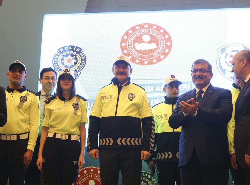 İçişleri Bakanı Süleyman Soylu trafik polislerinin yeni kıyafetini giydi