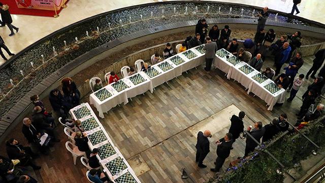 Jevtic, 20 kişiyle aynı anda satranç oynadı