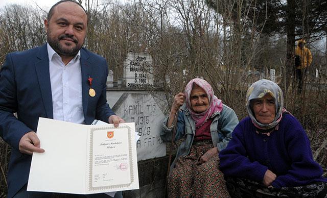 Dedesinin İstiklal Madalyası'nı 99 yıl sonra alıp, mezarına götürdü