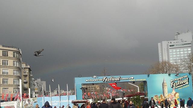 Taksim'de ortaya çıkan gökkuşağı hayran bıraktı