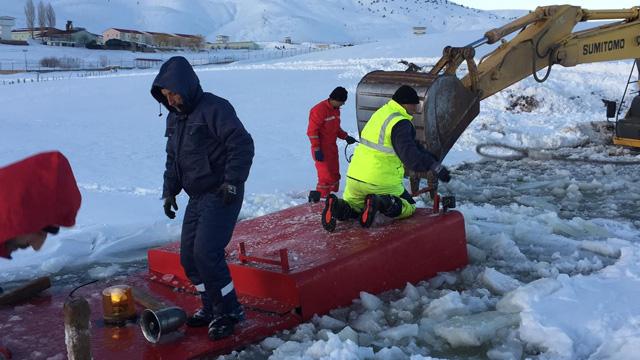 Donan baraja gömülen araç kurtarıldı