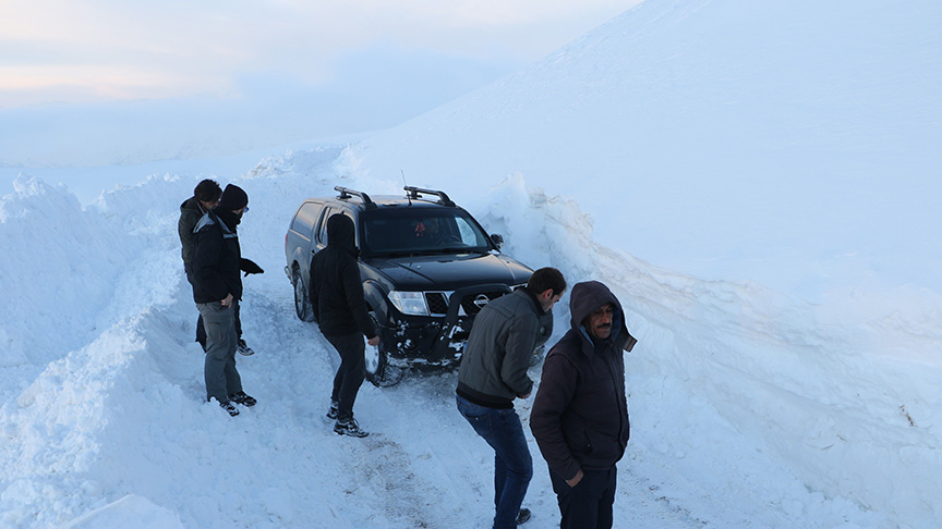 Dağda mahsur kalan belgesel ekibi kurtarıldı
