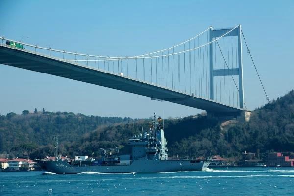 NATO'ya bağlı Alman ikmal gemisi İstanbul Boğazı'ndan Karadeniz'e açıldı