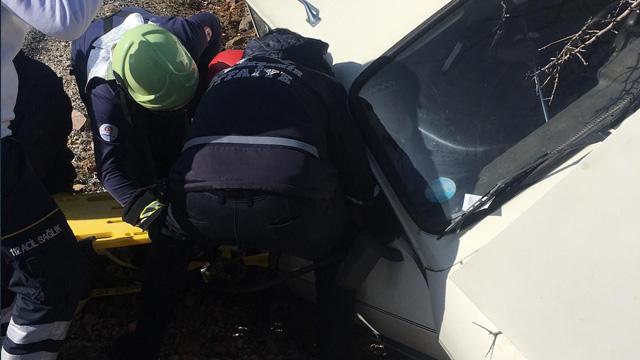 Ağaca çarpan otomobil sürücü sıkıştı