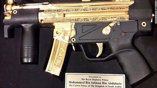 Muhammed bin Selman'a altın kaplamalı silah hediye ettiler