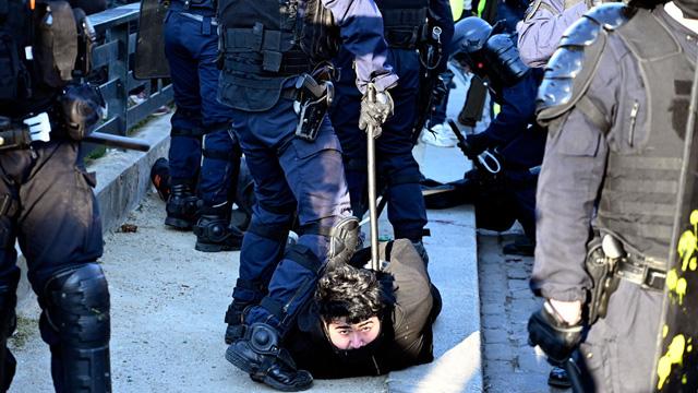 Sarı yelekliler yeniden sokaklarda: 44 kişi gözaltına alındı