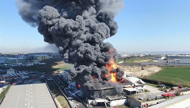 İBB: Arnavutköy'de çıkan yangın sonucu 1 kişi hafif şekilde yaralandı, 10 bin metrekarelik fabrikanın 7 bin metrekarelik bölümünde yangın kontrol altına alındı