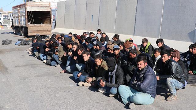 Günlerdir aç olan 72 düzensiz göçmene çorba ve ekmek ikram edildi