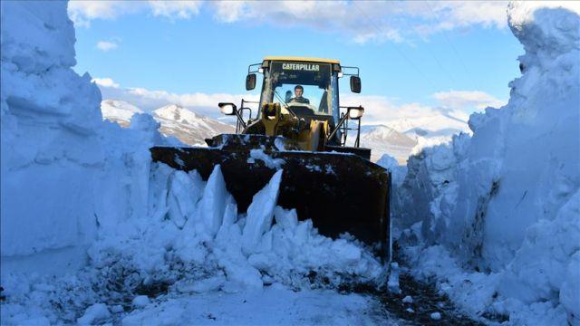 Baharda 4 metrelik karla mücadele ediyorlar