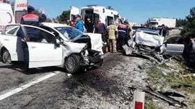 İzmir'de iki otomobil çarpıştı: 2 ölü, 6 yaralı