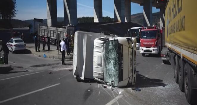 Pendik'te tır ile kamyonet çarpıştı: 3 yaralı