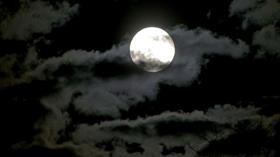 Ay neden bizi takip ediyor?