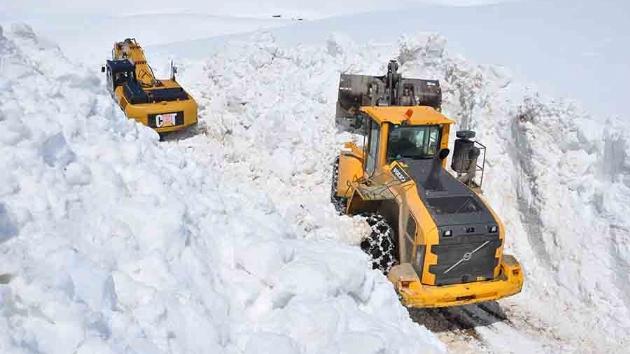 Yüksekova'da karla mücadele bahar ayında da devam ediyor