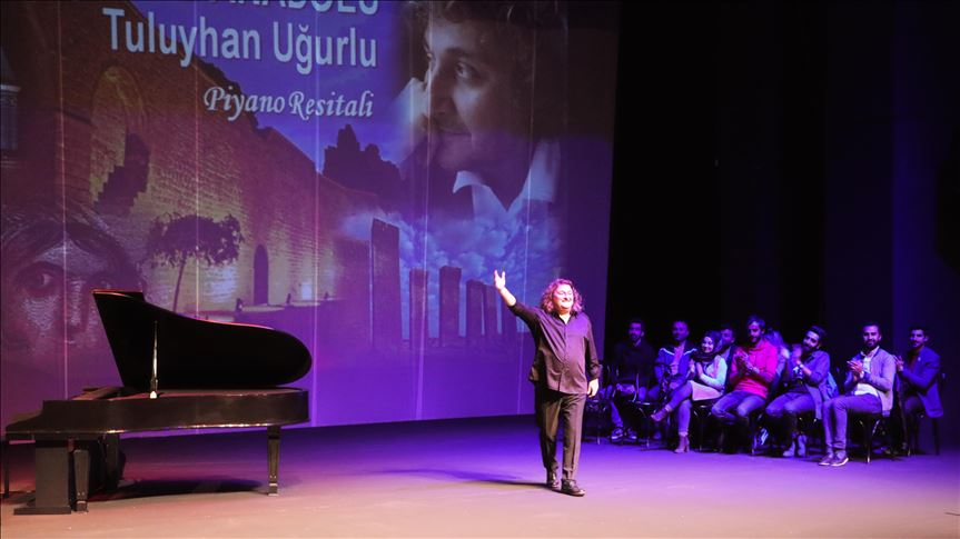 Piyanist Tuluyhan Uğurlu Diyarbakır'da konser verdi