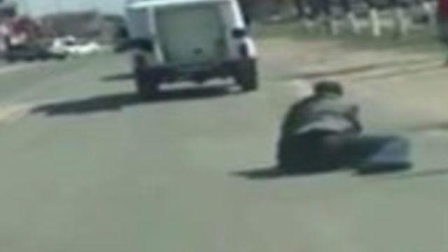 Rusya'da polis aracından düşen zanlı kaçtı, olay anı ise kameraya işte böyle yansıdı