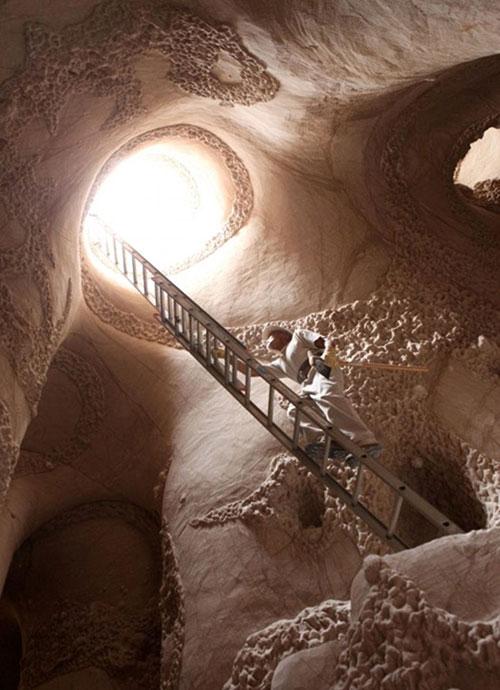 Hayatının son 10 yılını New Mexico Eyaleti'ndeki dağlık bir alanda bulduğu bir mağarayı kazarak harcadı. Paullette, mağarayı yıllarını harcayarak tamamen el işçiliğiyle şekillendirdi.