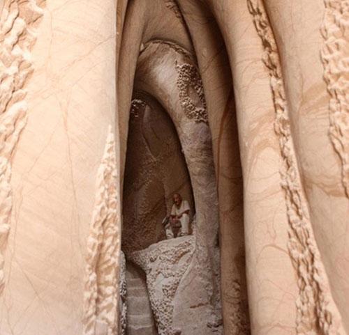 Hayatının önemli bir kısmını mağaralarda yaptığı çalışmalarla geçiren Paulette, eserlerini duvarlara işlerken eşsiz ve doğadan ilham alan tasarımlara imza atıyor.