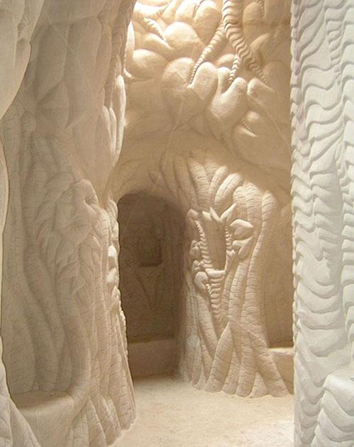 Makine yerine ellerini kullanan sanatçı, son derece basit aletler kullanarak mağaranın duvarlarına sanatını yansıtıyor.