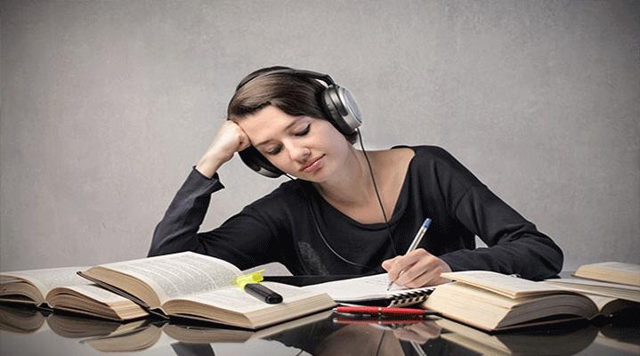 """6. Müzik hafızaya ve öğrenmeye yardımcı olabilir. """"Mozart etkisi"""" ile ilgili pek çok yayın vardır. Buna göre öğrencilerin ders çalışırken özellikle klasik müzik dinlemelerinin konsantrasyonlarını arttırdığı yönünde çalışmalar mevcuttur."""
