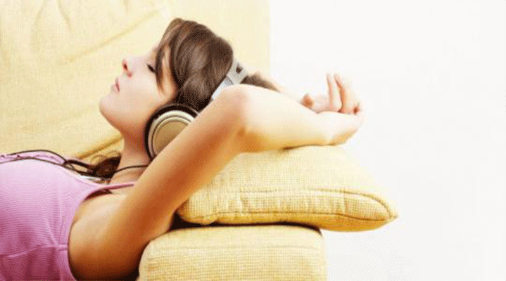 2.Müzik ağrının dindirilmesinde yardımcı olur. Sebebi bilinmeyen ağrılardan muzdarip hastaların sadece müzik dinletilerek ağrılarının azaltıldığı araştırmalarla sabittir. Bu noktada en iyi ağrı kesici müziğin klasik müzik, özellikle Mozart ver Bach olduğu görülmüştür. Müzik meditasyonunda heavy metal ve tekno müzik kullanılması durumunda hastaların rahatsız olduğu ve kalp atışlarının düzensizleştiği gözlemlenmiş, bu sebeple bu tür müziklerin terapide kullanılması sakıncalı bulunmuştur.