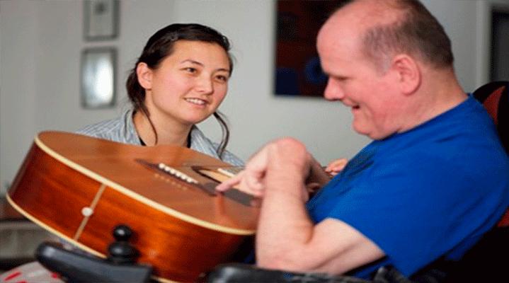 7. Bir müzik enstrümanı çalmak, motor becerilerin gelişmesine yardımcı olabilir. Felç sonucu beyin hasarı oluşan hastaların pek çoğunun bir müzik enstrümanı çalmayı öğrenerek eski becerilerini tekrar kazandığı çalışmalarla ispatlanmıştır.