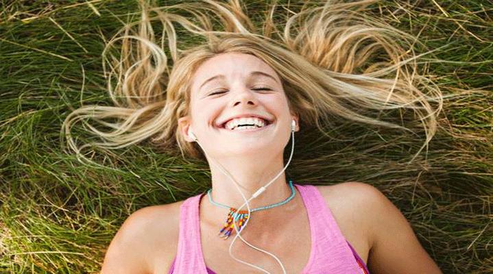 9. Müzik kendinizi daha mutlu hissetmenize yardımcı olabilir. Uygulanan müzik terapileri ile belki kendinizi çok mutlu ve neşeli hissetmeyebilirsiniz ama müziğin kendinizi daha az üzgün hissetmenize yardımcı olduğu araştırmalarla gösterilmiştir.