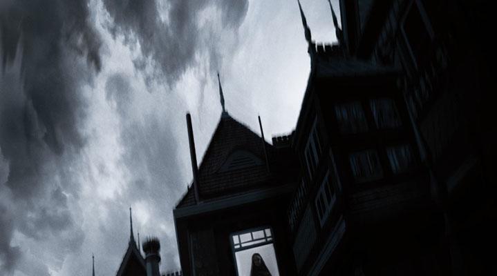 Winchester Gizemli Ev (Winchester Mystery House)  Özellikle 19. yüzyılın savaşlarında çok sık kullanılmış Winchester tüfek şirketinin mirasçısı olan Sarah Winchester (Helen Mirren), şehirden uzakta, kocaman bir konakta yaşamaktadır. Üstelik bu evin inşaatı hiç durmadan devam etmekte, sürekli yeni odalar eklenmektedir. Bu bitmeyen inşaatın nedeni yaşlı kadının gösteriş merakı değil, zamanında Winchester tüfekleriyle öldürülmüş kişilerin intikam için dönen ruhlarını hapsetme isteğidir. Dul Winchester, bu ruhlar tarafından lanetlendiğine emindir. Doktor Eric Price (Jason Clarke) her ne kadar hayaletlere inanmasa da evde tuhaf birşeylerin döndüğü kesindir, üstelik daha öncekilerden hiçbirinin olmadığı kadar güçlü bir ruh daha dadanmıştır.  'Winchester Gizemli Ev' filminin yönetmenliğini Michael Spierig, Peter Spierig yapıyor.  Filmin oyuncu kadrosunda Helen Mirren, Jason Clarke, Sarah Snook, Angus Sampson ve Laura Brent gibi isimler rol alıyor.  'Winchester Gizemli Ev (Winchester Mystery House)' filmi 20 Nisan'da vizyonda.