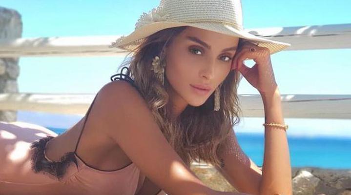 Ulusoy, bu yaz tatilini de Yunanistan'ın gece hayatı ve plajlarıyla ünlü adası Mikonos'ta geçiriyor.
