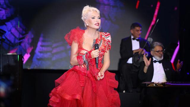 Süperstar Ajda Pekkan da 2019'u sahnede karşılayan isimlerdendi. Kıbrıs'ta bir Hotel'de sahne alan Pekkan, gecede kırmızı ve siyah olmak üzere iki kıyafet giyindi.