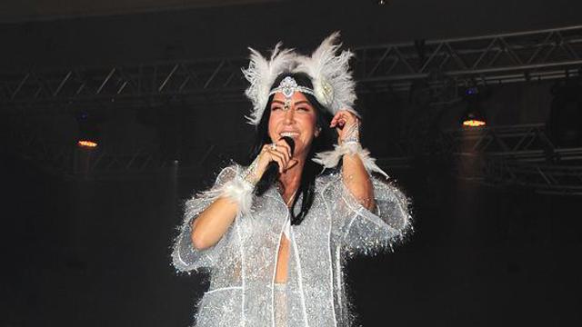 Hande Yener, Yeşilköy'de bir Hotel'de 2 bin kişiye konser verdi.